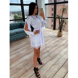 Белое шелковое платье декорированное кружевом