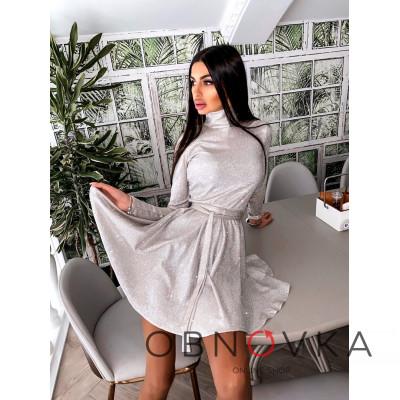 Блестящее платье с расклешенной юбкой и высоким воротом